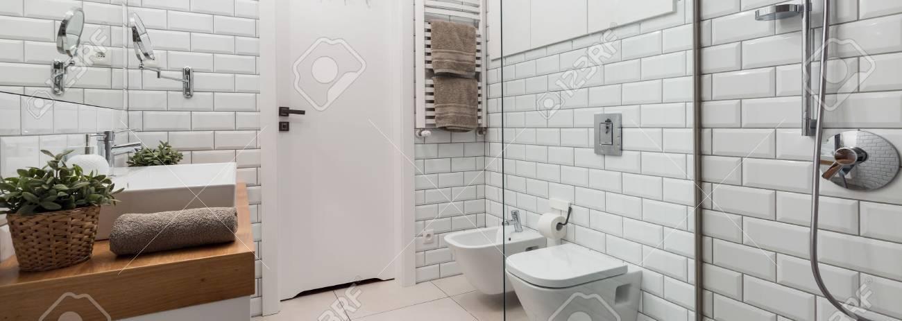 Schuss Eines Modernen Gemütlichen Badezimmer Mit Einer Mauer ...