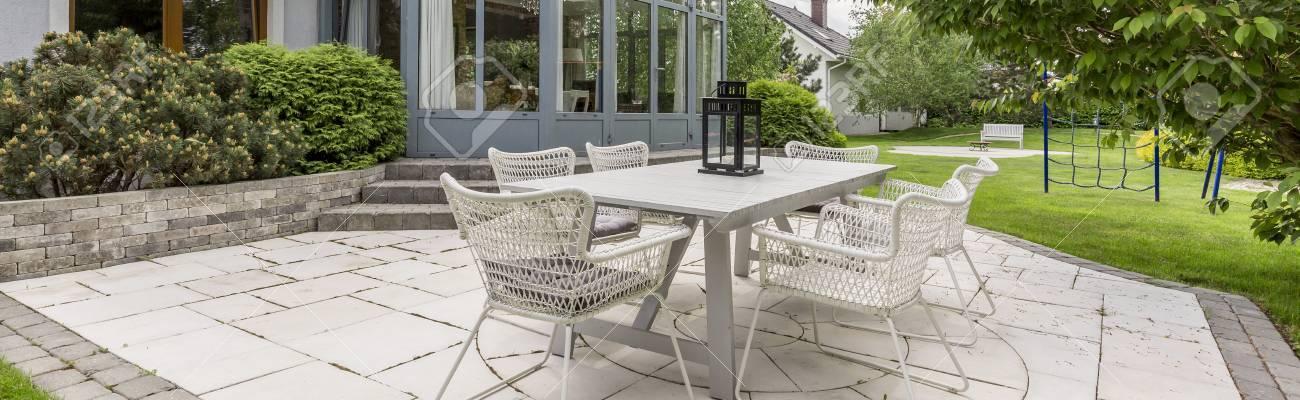 Blanc Table De Jardin En Rotin Avec Ensemble De Chaises Dans Une ...