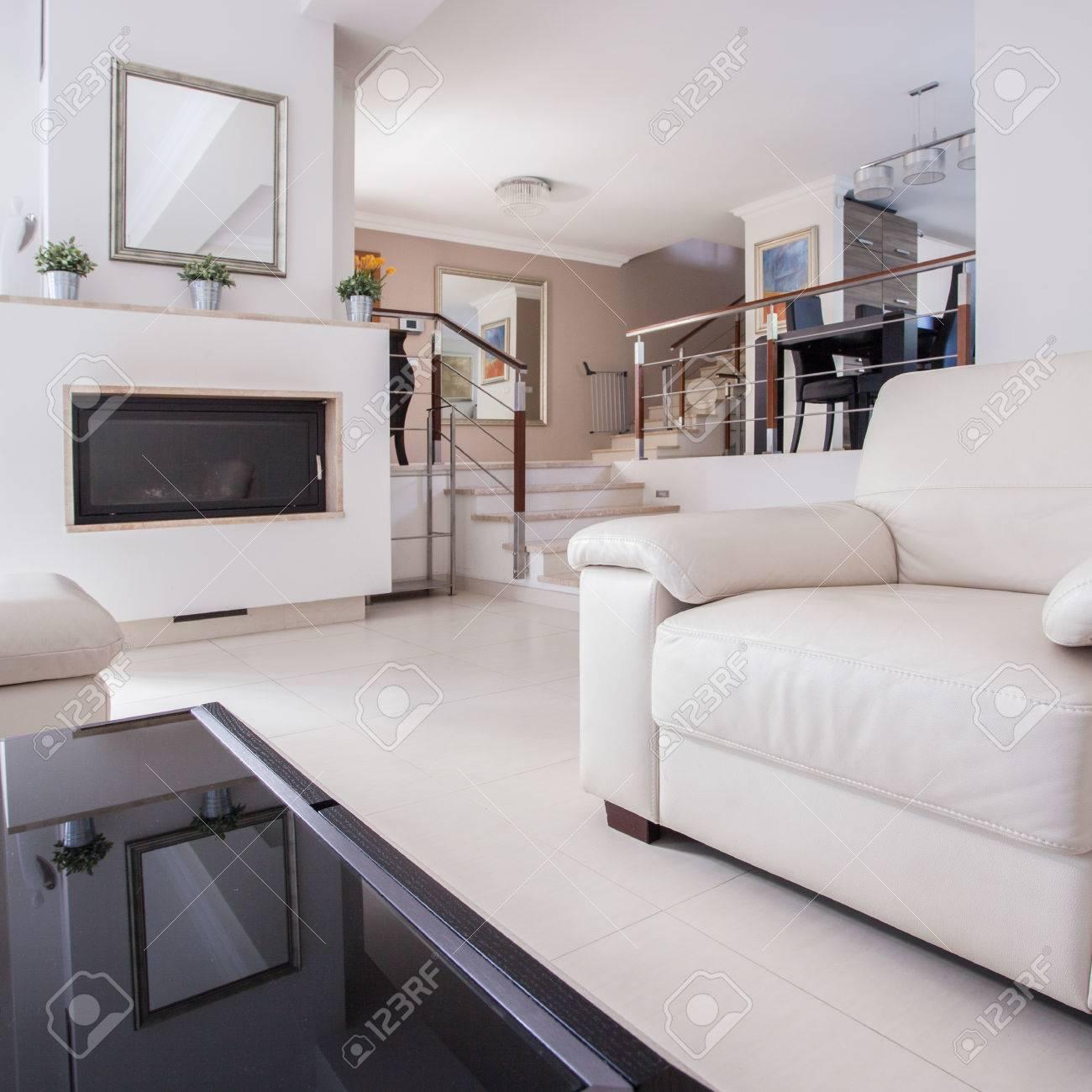 Bild Von Einem Gemutlichen Wohnzimmer In Luxus Villa Lizenzfreie Fotos Bilder Und Stock Fotografie Image 60366286