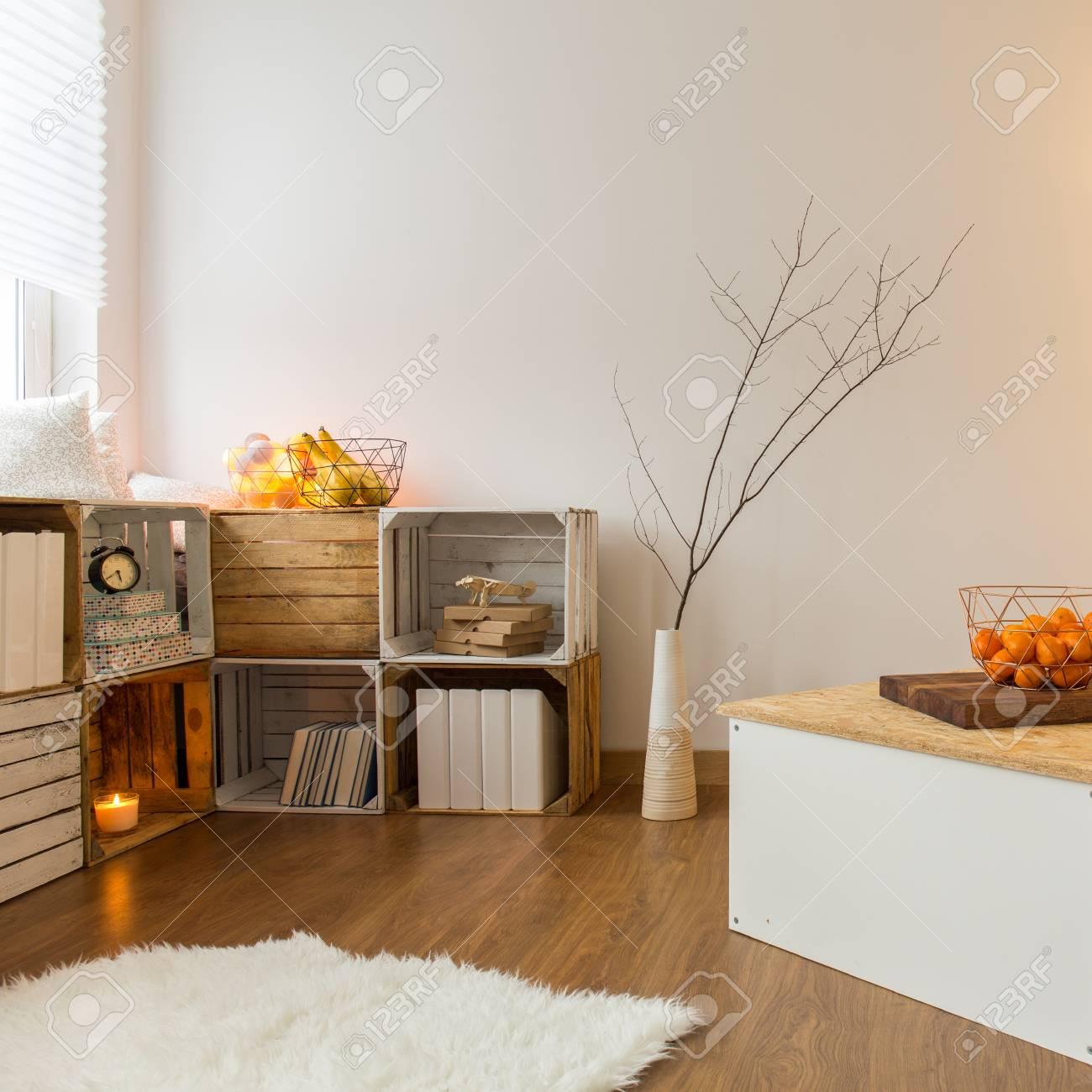 AuBergewohnlich Standard Bild   Warme Wohnzimmer Im Modernen Stil Mit Handgefertigten  Möbeln Und Weißen Sofa