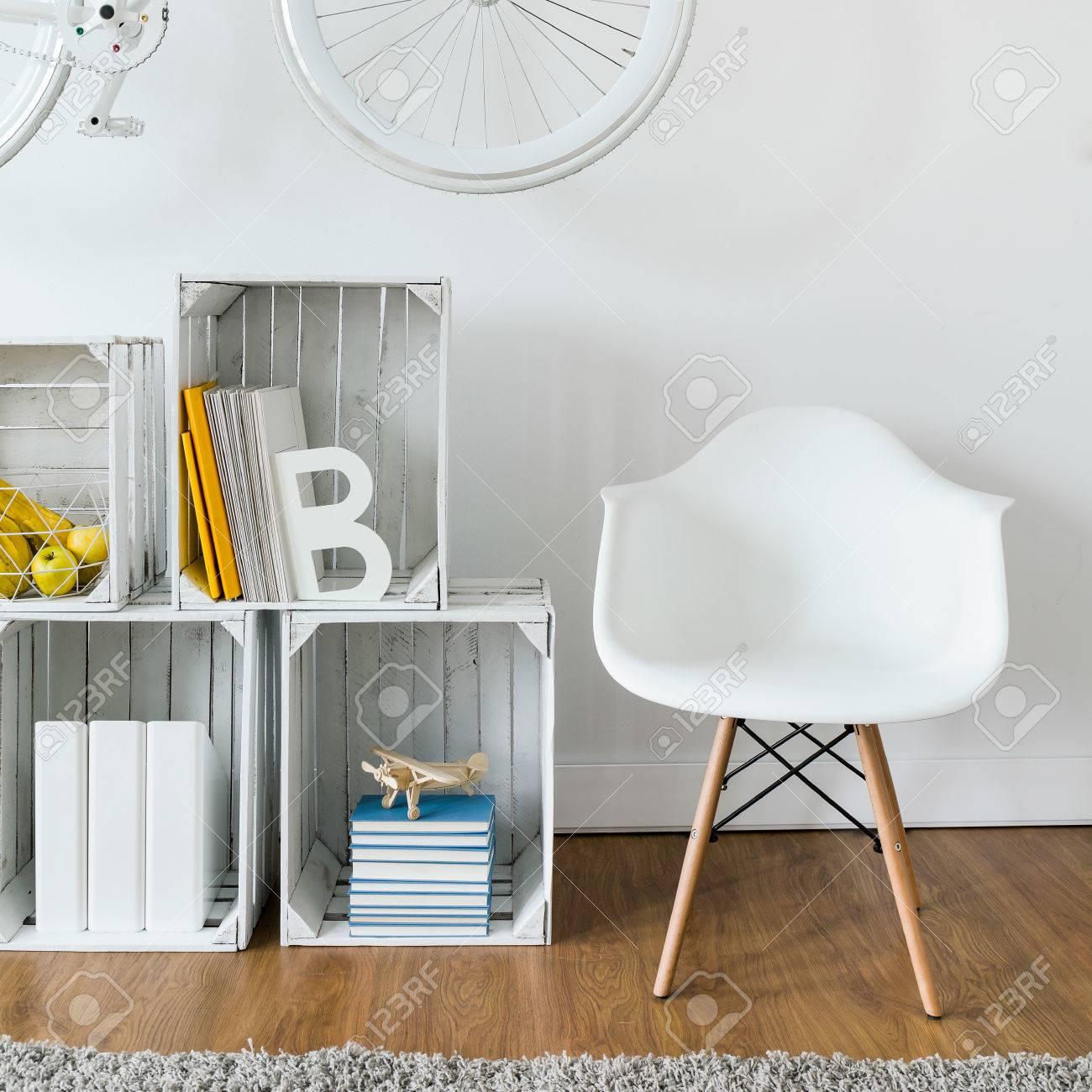 Close Up Der Gemütliche Leseecke Mit Holzregal Und Weißen Sessel In