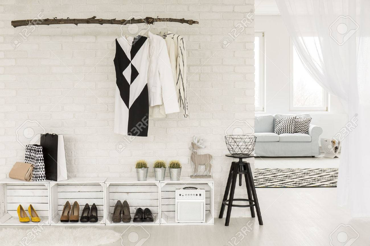 Junge Frau Flur In Schwarz Und Weiß, Mit Recycelbaren Möbel Und  Kleidungsstücke, An Der
