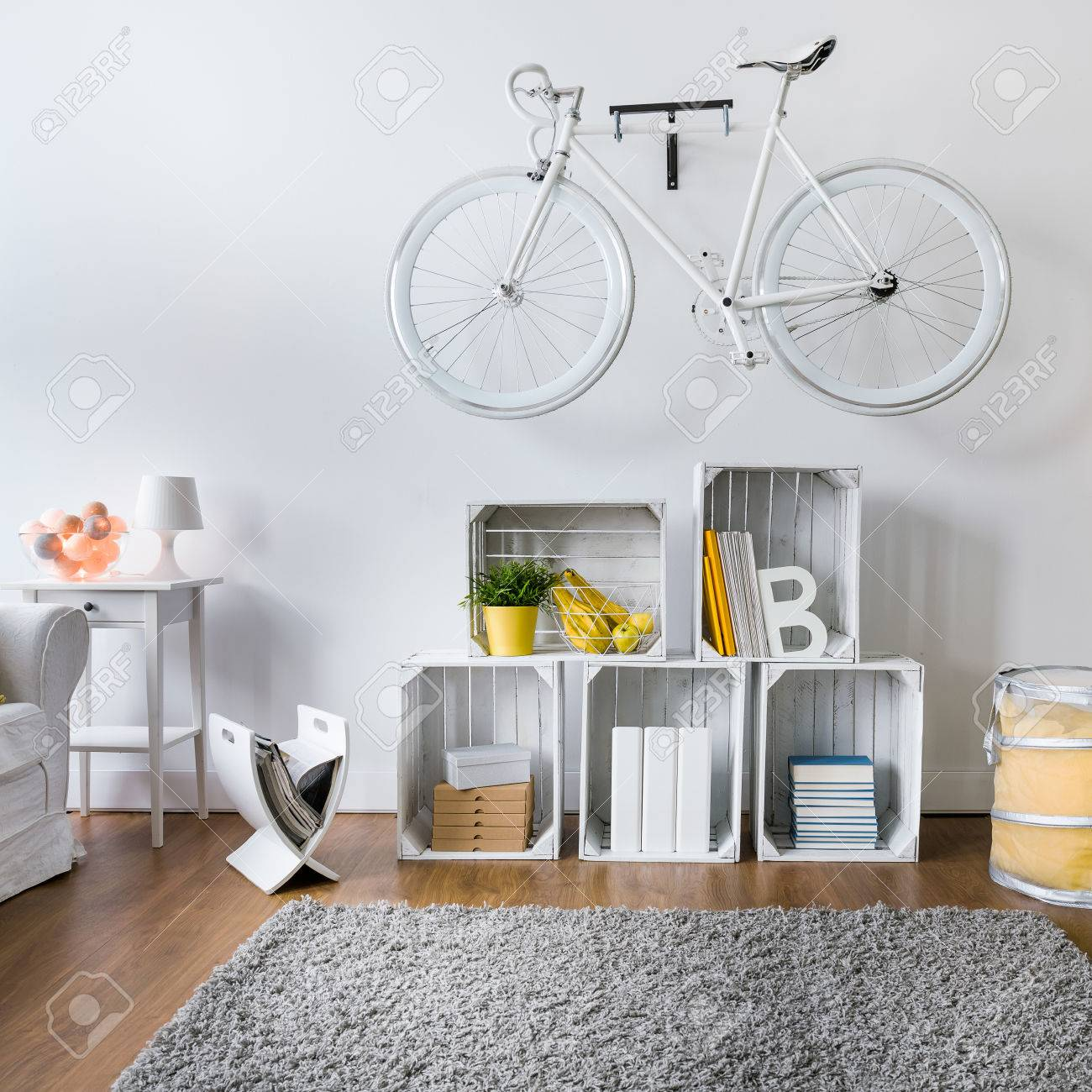 Moderne Wohnzimmer Mit Weissen Stilvollen Fahrrad An Der Wand Hangen