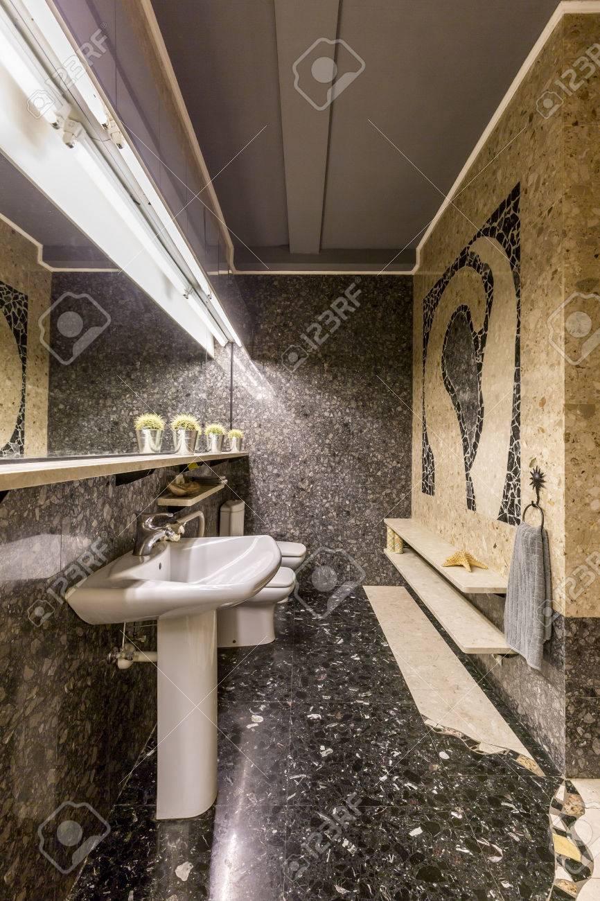 Salle de bain sombre Extravagant avec sol en granit et mosaïque murale