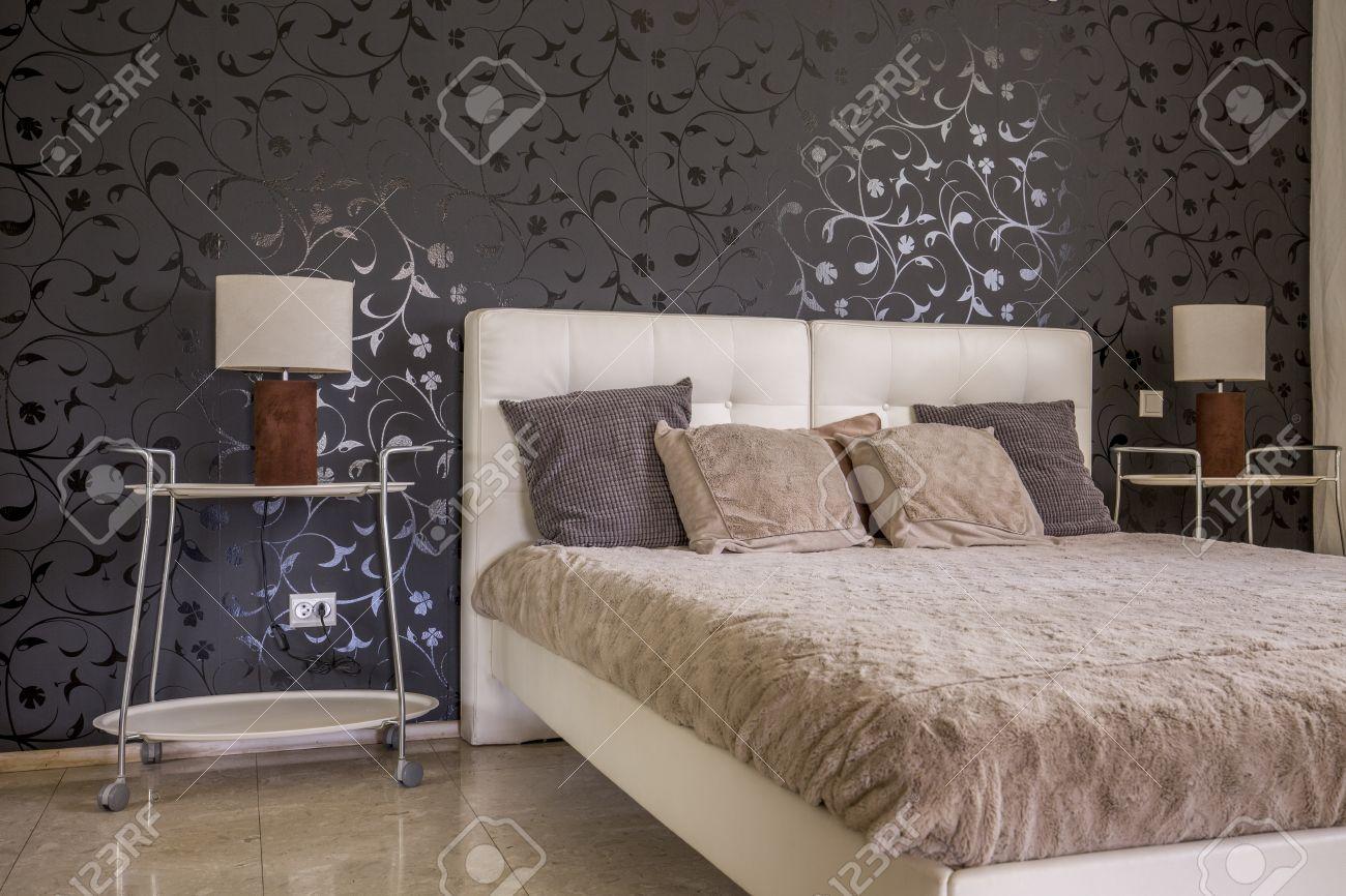 黒の花柄の壁紙が優雅な寝室インテリア デザイン 革 キルティングの