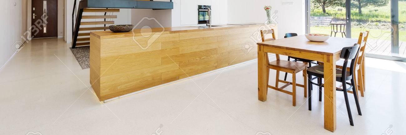 cuisine table de spacieuse patio boischaisesdessus tableescalier une en avec Salle manger avec à entrée et ouverte de WDHEI29Ye