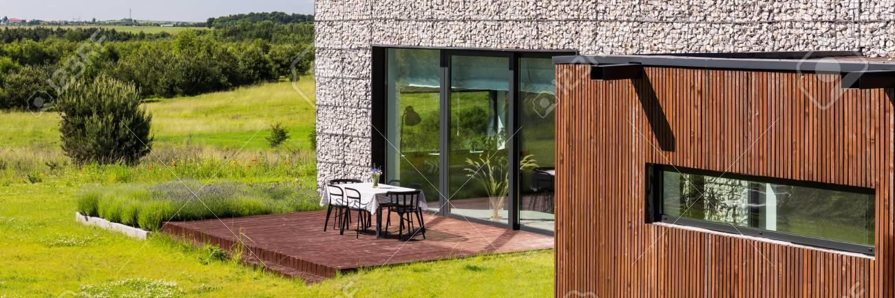 Housefront D Une Maison En Pierre Avec Des Elements En Bois Et