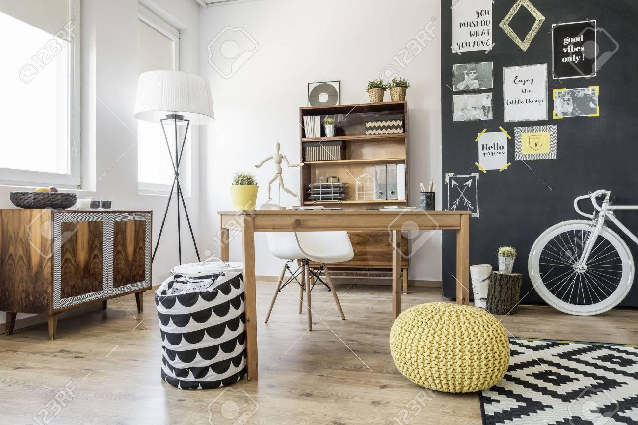 Intérieur nouveau style avec aisance ethnique bureau chaise pouf