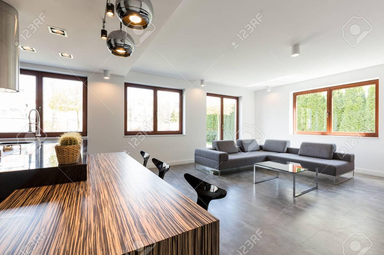 Intérieur très spacieux d\'un salon moderne relié à la salle à manger et  cuisine