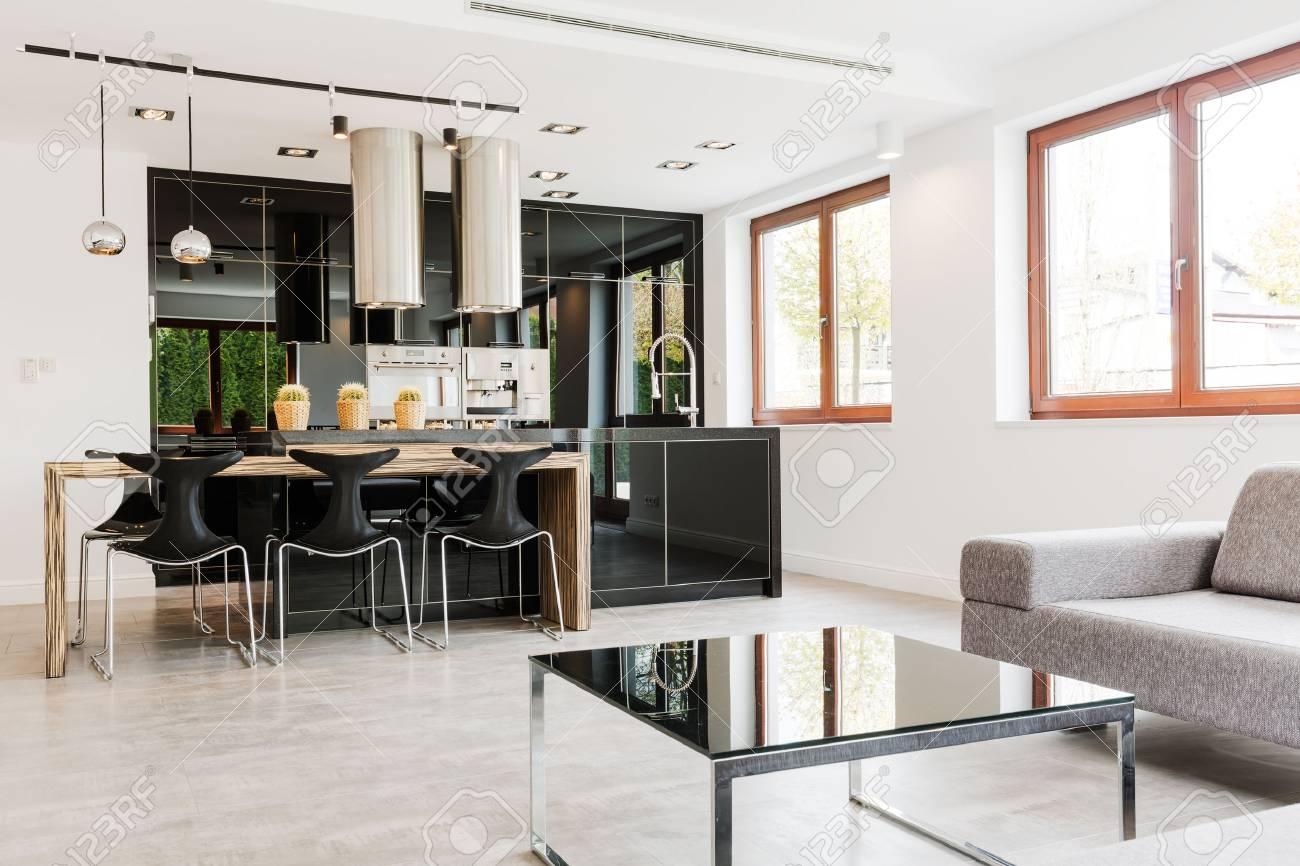 Minimaliste et très spacieux salon lié à une cuisine très moderne