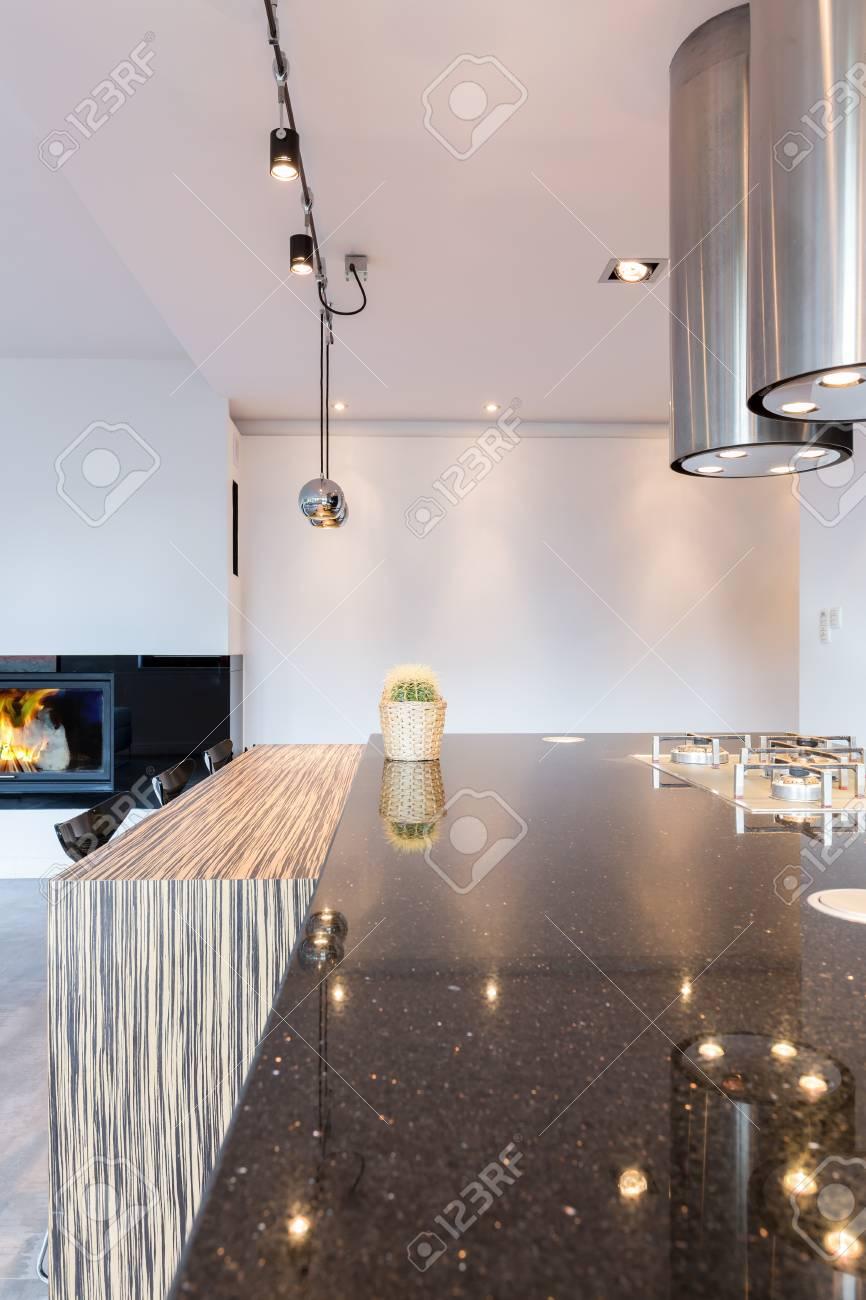 Minimalist Küche Mit Großer Arbeitsplatte, Moderne Beleuchtung Und ...