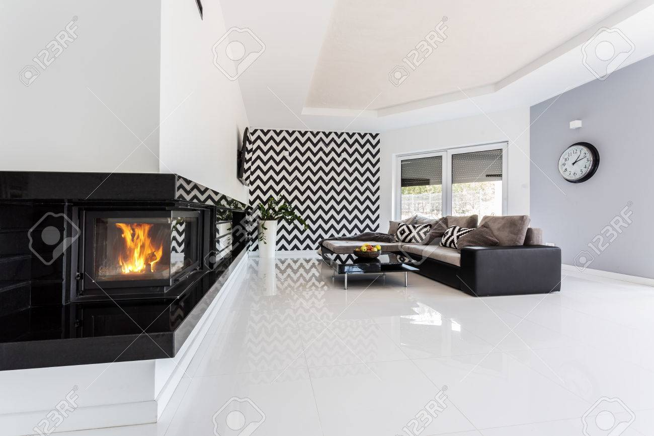 Helle Und Geräumige Luxuriöse Wohnzimmer Mit Kamin, Großes Sofa, Kleiner  Tisch Und Muster Tapete