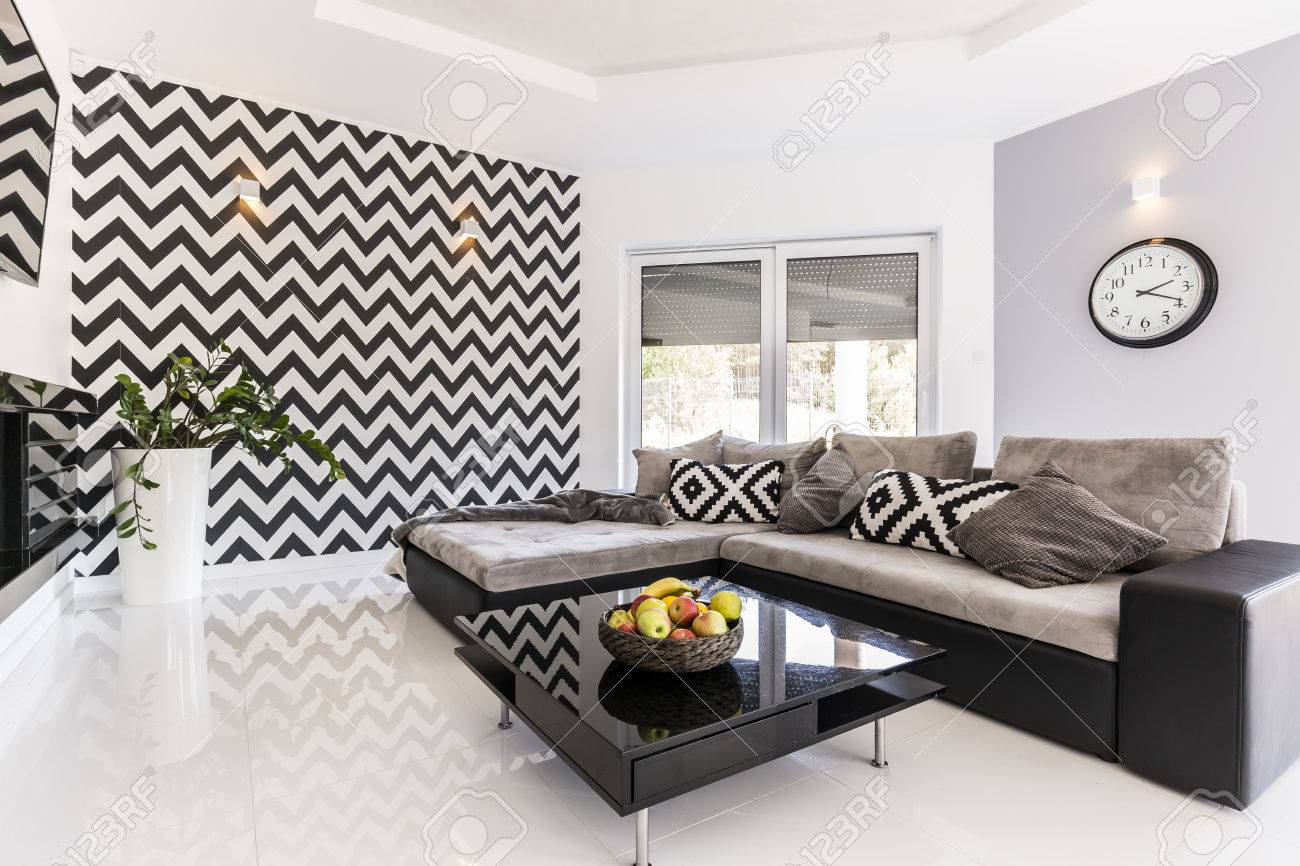 Neuer Stil Geräumiges Wohnzimmer Mit Großem Sofa, Schwarz Kleinen ...