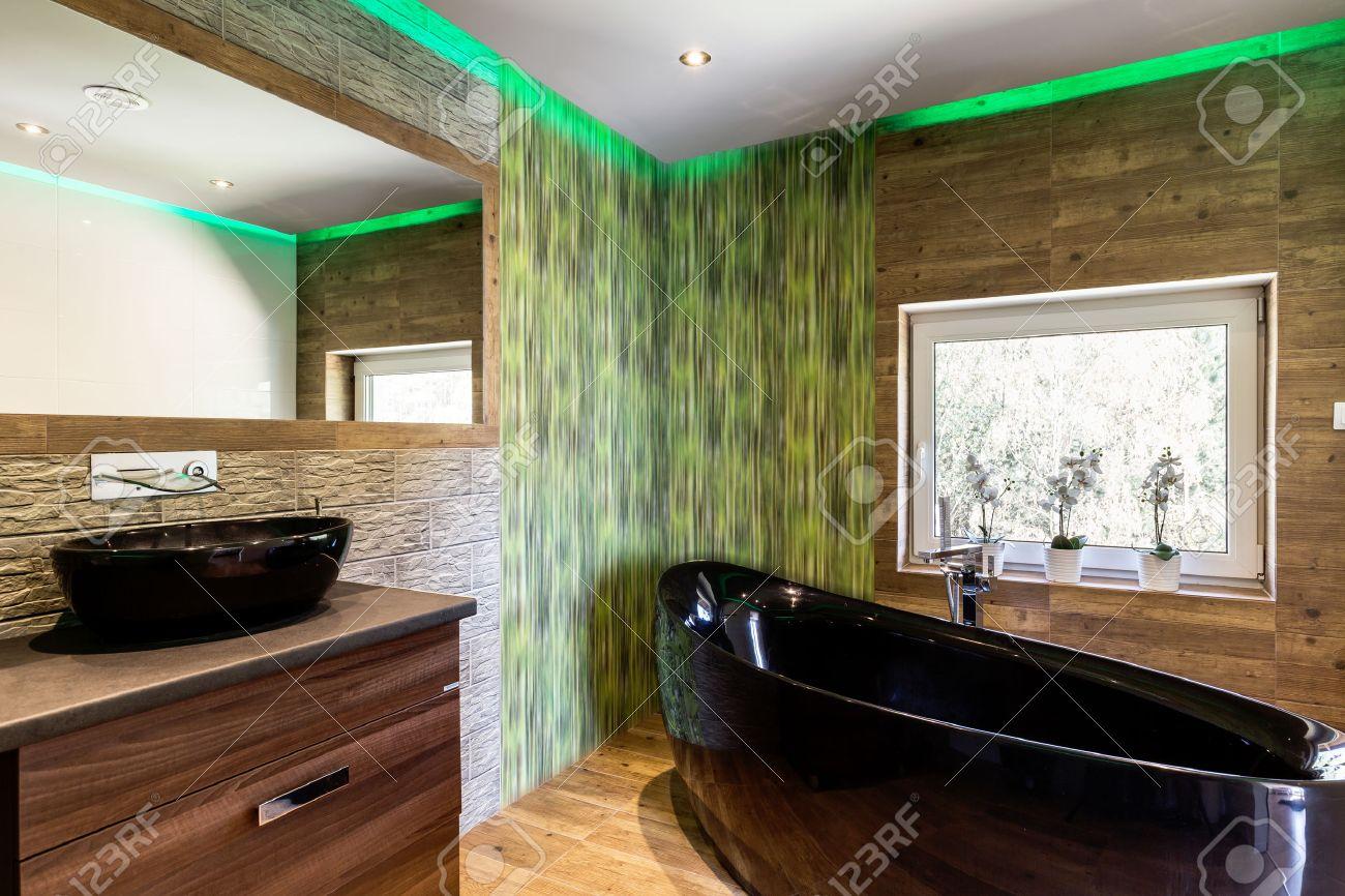 luxuriöse badezimmer mit holz- und stein-effekt fliesen, schwarz