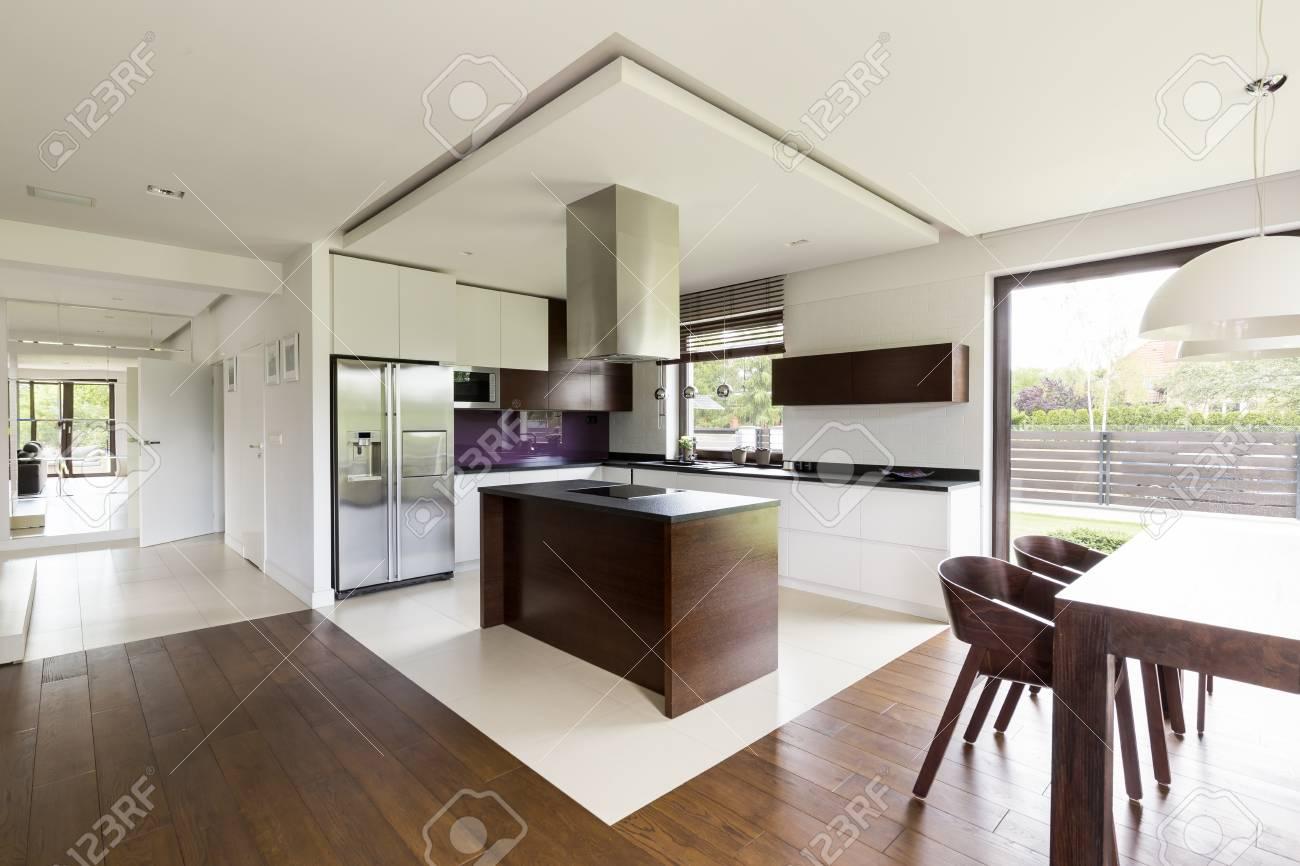 Luz apartamento nuevo diseño de piso abierto con comedor, cocina, ventana  grande y muebles de estilo