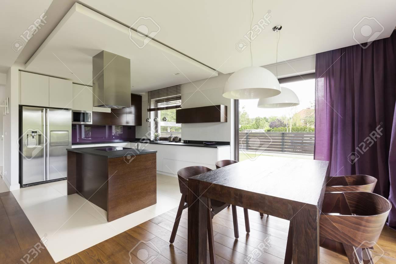 Moderne Offene Wohnung Mit Holz Ess Set Und Funktionaler Küche Mit Insel  Standard
