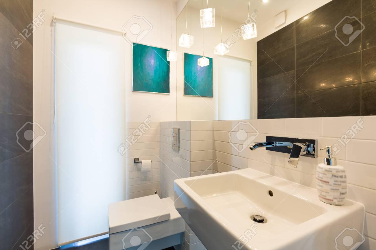Neues Design Licht Badezimmer Mit Schwarzen Und Weißen Fliesen ...