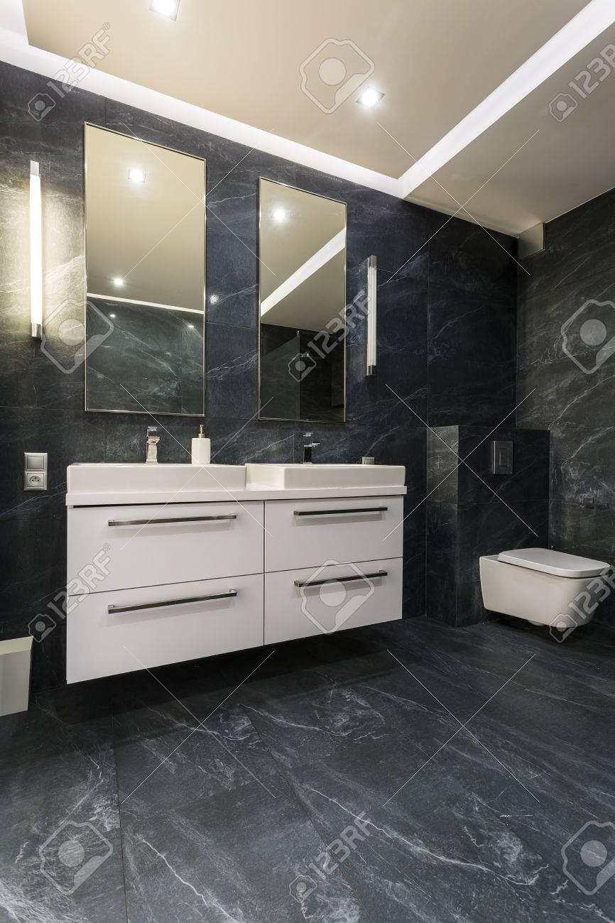 Neues Badezimmer Mit Schwarzen Fliesen, Weißem Schrank, Toilette, Zwei  Aufsatzbecken Und Zwei Spiegeln