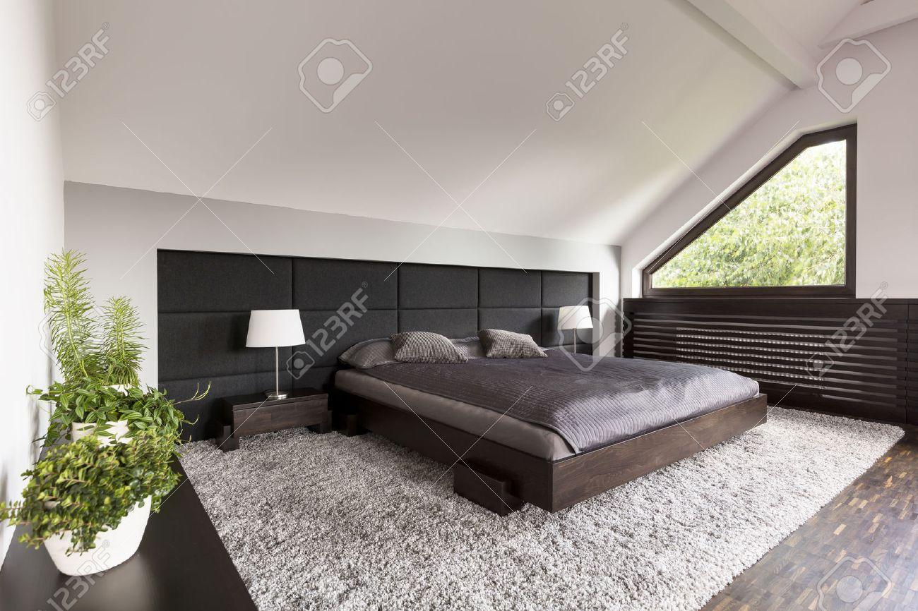 helle und geräumige schlafzimmer mit einem großen japanischen bett, Schlafzimmer entwurf