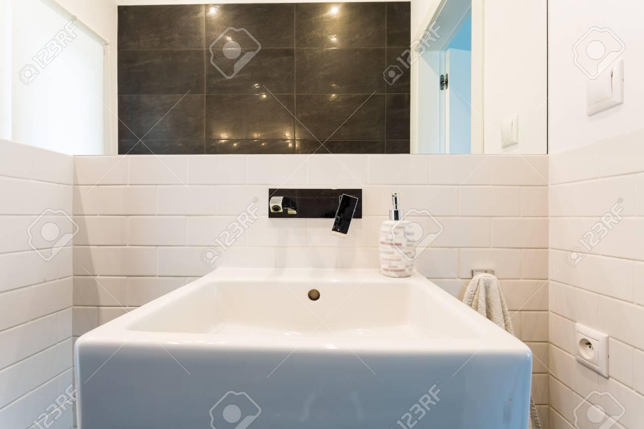 Bild Eines Licht Bad Inter Mit Waschbecken Weissen Fliesen Und