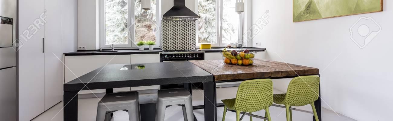 Nueva Cocina De Diseño Con Paredes Blancas, Elegante Mesa Y Sillas ...