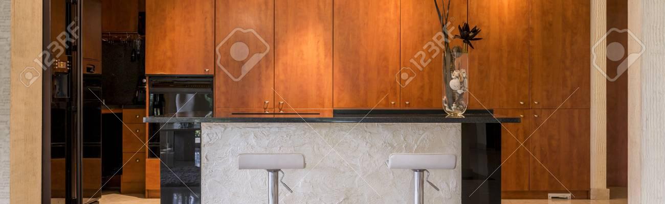Veduta Di Un\'isola Cucina A Vista E Mobili In Legno Foto Royalty ...