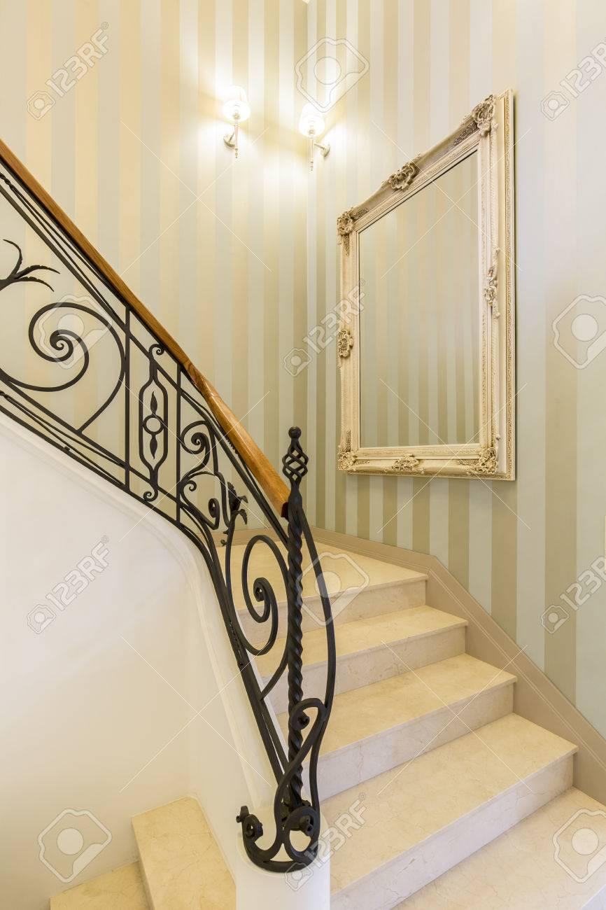 Barriere Escalier En Colimaçon escalier en marbre avec rampe métallique décorative dans un intérieur  luxueux