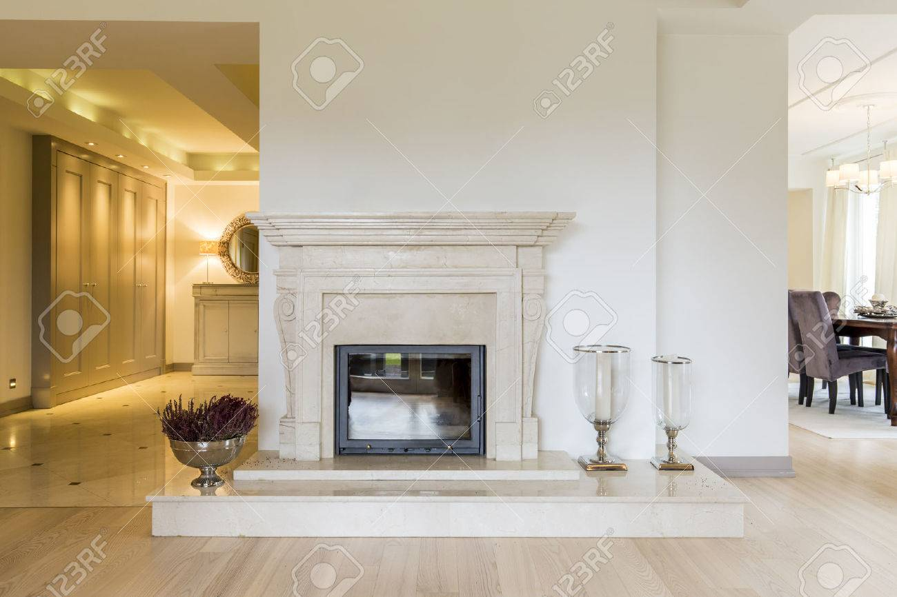 Beautifully moulded fireplace surrounds in classic style, in a very spacious room bordering a vast anteroom Standard-Bild - 61115067