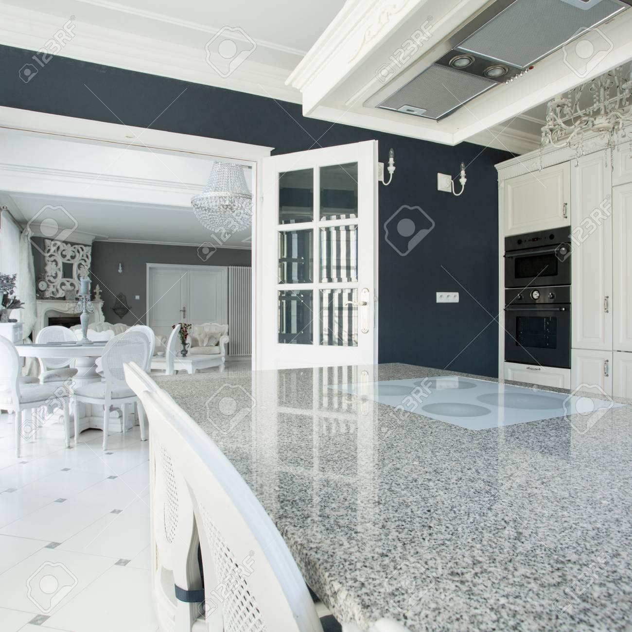 blick auf teure küche mit marmor-arbeitsplatte lizenzfreie fotos