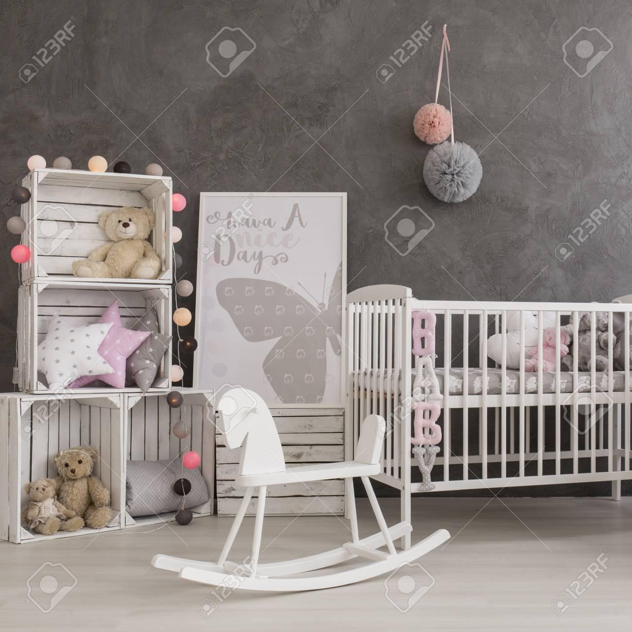 Shot Von Einem Gemütlichen Baby Mädchen Kinderzimmer Lizenzfreie ...