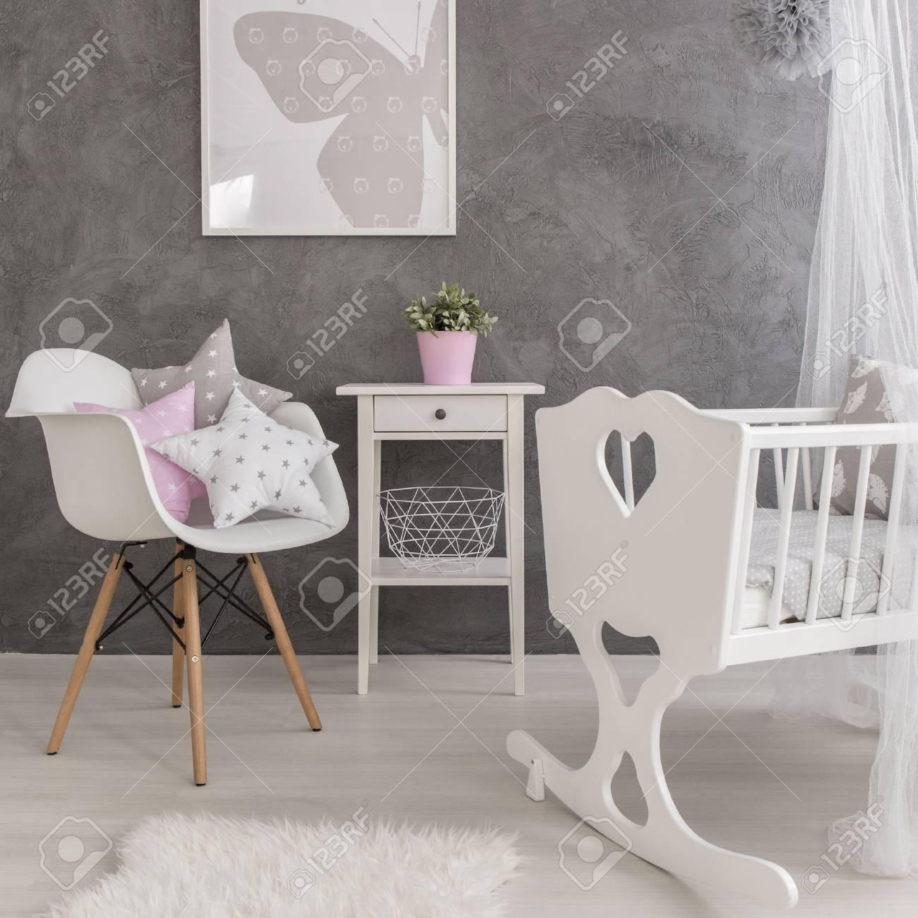 47a3f988b4c22 Banque d images - Tir d une chambre de bébé moderne gris avec des  accessoires blancs