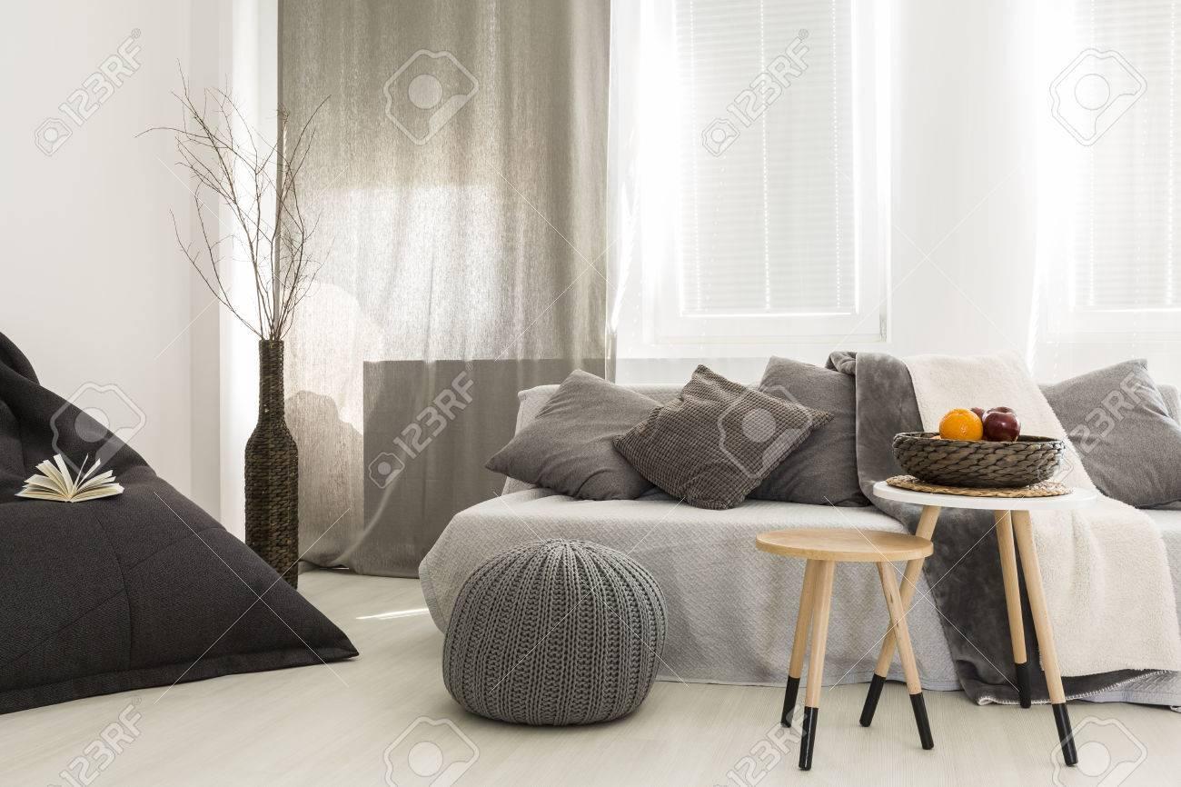 Colpo di un interno confortevole salotto con uno sgabello di legno