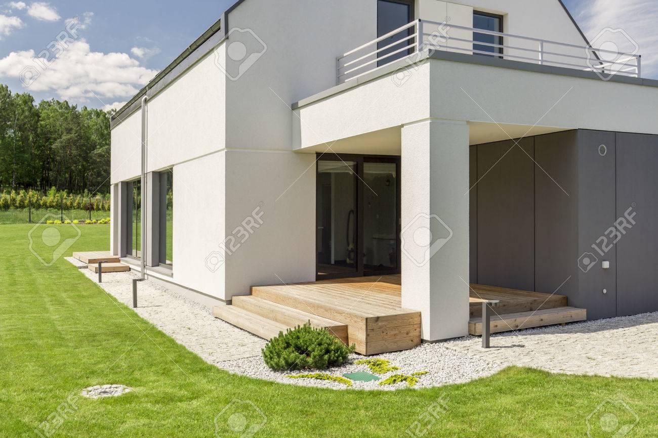 Façade De Maison Rectangulaire Moderne Avec Balcon Banque D\'Images ...
