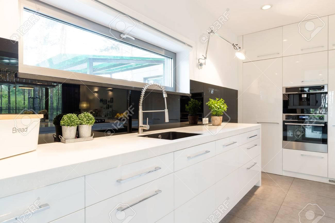 Moderne Haus Geräumige Weiße Küche Mit Weißen Arbeitsplatte Standard Bild    61273973