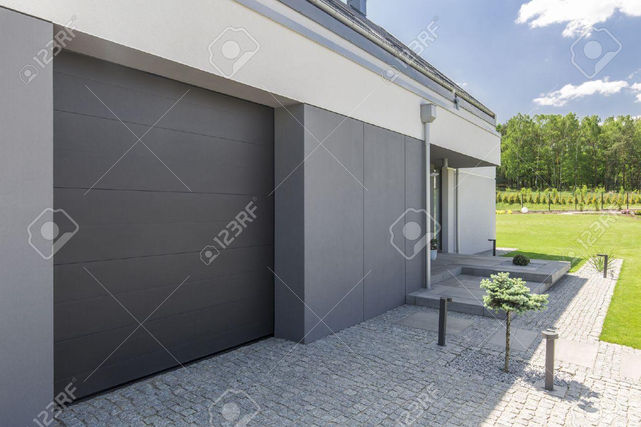 Moderne einfahrten einfamilienhaus  Close-up Der Garagentür Und Einfahrt Der Modernen Haus Lizenzfreie ...