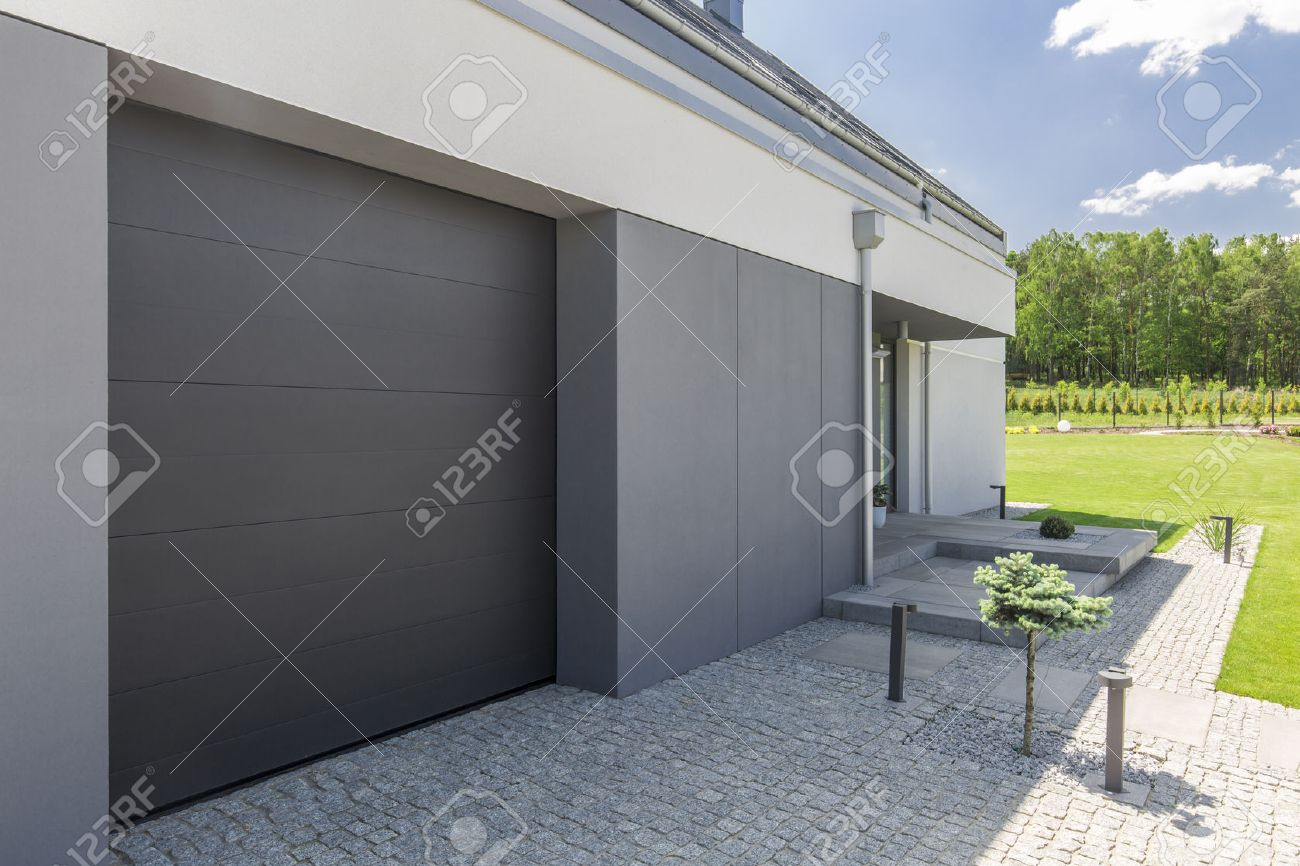 Doppelgarage modern  Close-up Of Garage Door And Driveway Of Modern House Stock Photo ...