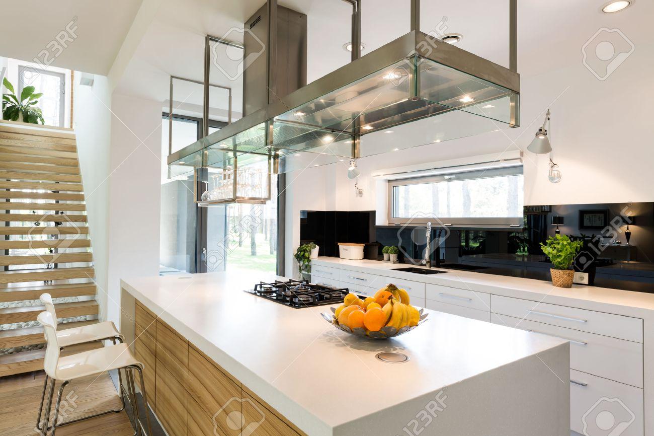 White modern kitchen in spacious trendy house design Standard-Bild - 61274204