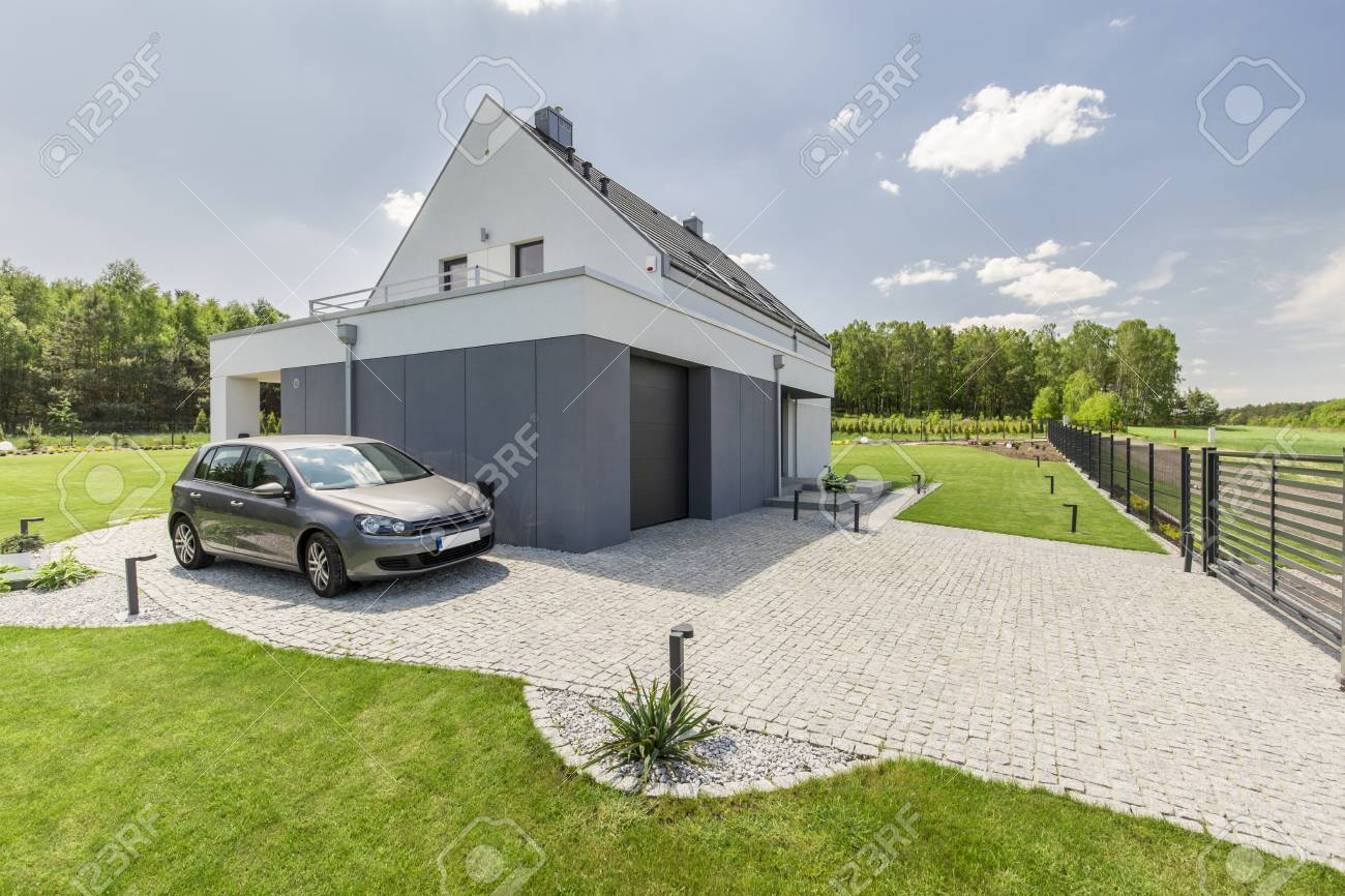 extérieur de la petite maison moderne avec voiture garée banque d