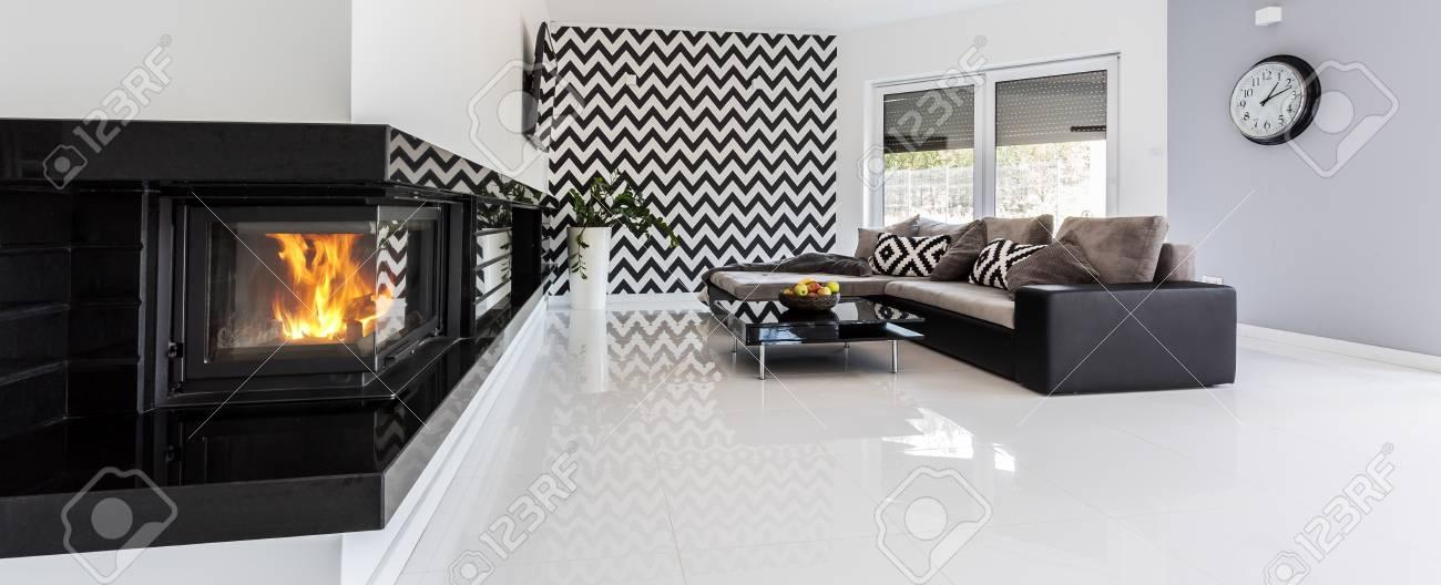 Panoramablick Von Einem Stilvollen Wohnzimmer Innenraum Mit Einer Wand Mit  Schwarz Weiß Muster Standard