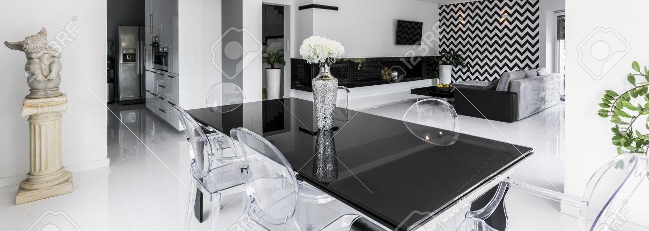 Plan D Une Table Noir Brillant Avec Des Chaises Transparentes