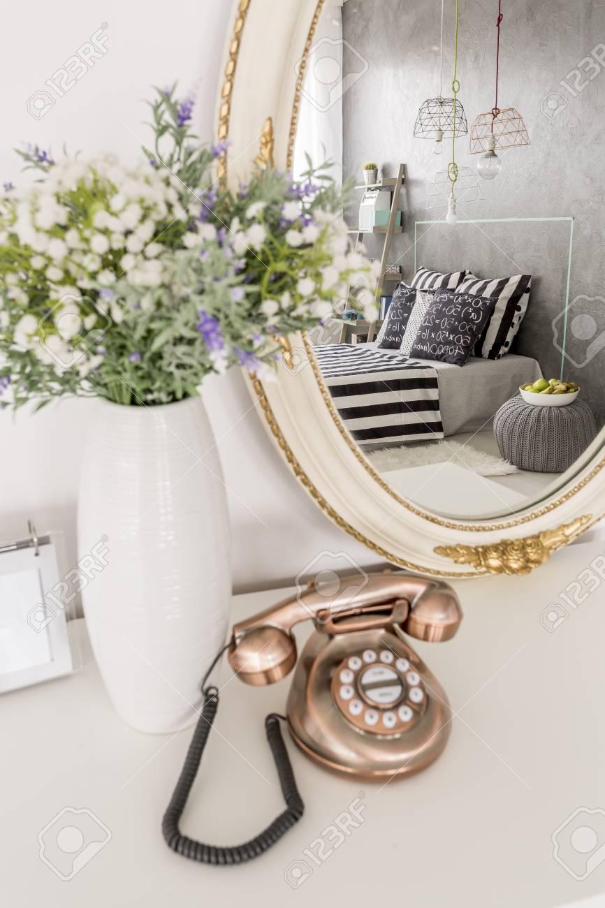 Stilvolle Kleine Telefon Vase Mit Blumen Und Runden Spiegel Auf