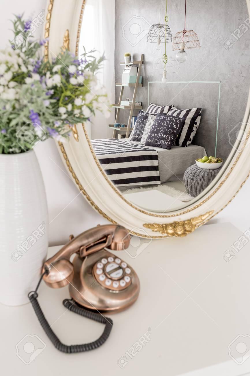 Stilvolle Kleine Telefon Und Runden Spiegel Auf Einem Weißen ...