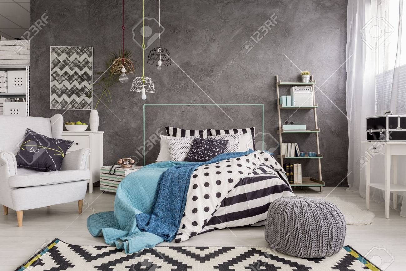 Spacieux nouvelle chambre design avec de la moquette, un fauteuil, un grand  lit et finition mural décoratif
