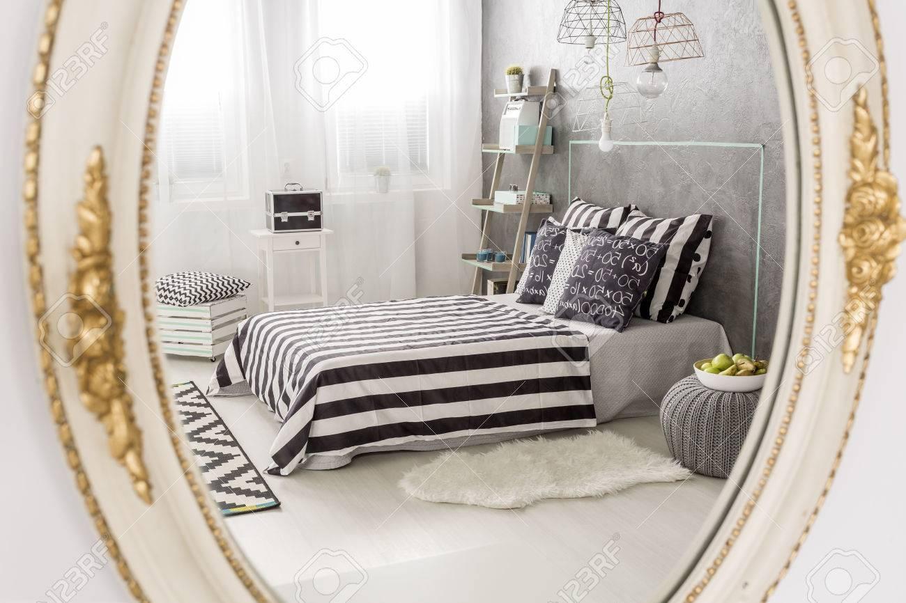 specchio riflesso di una camera da letto contemporanea, specchio ... - Specchiere Camera Da Letto