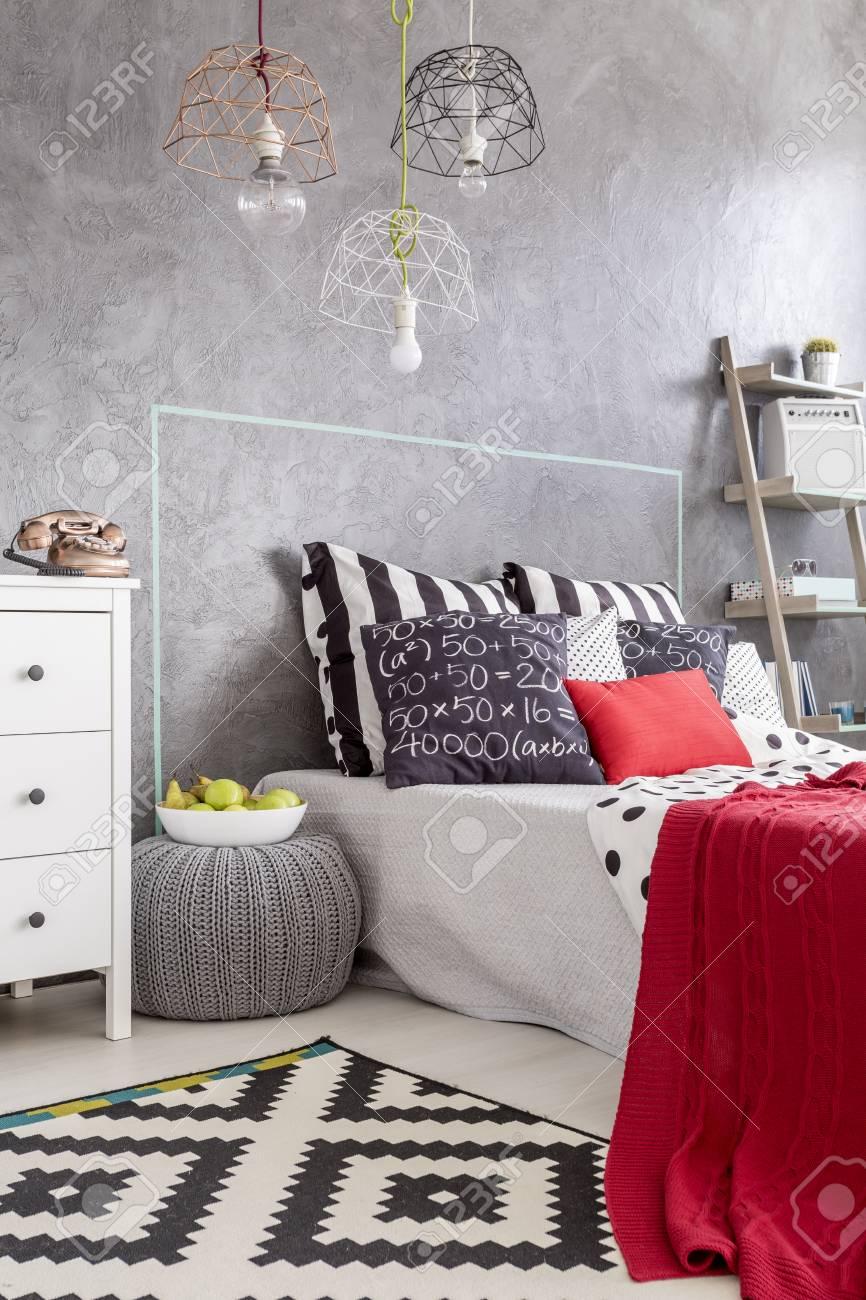 Modernes Schlafzimmer Mit Muster Teppich, Schöne Pendelleuchte Und ...