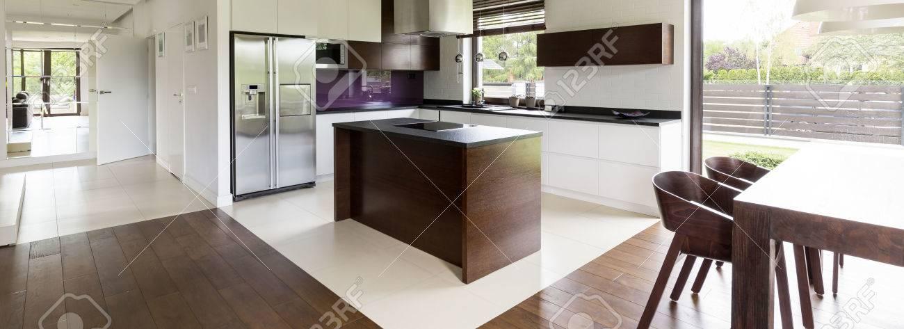 Gemeinsamer Raum Von Einer Offenen Küche Und Essbereich Mit ...