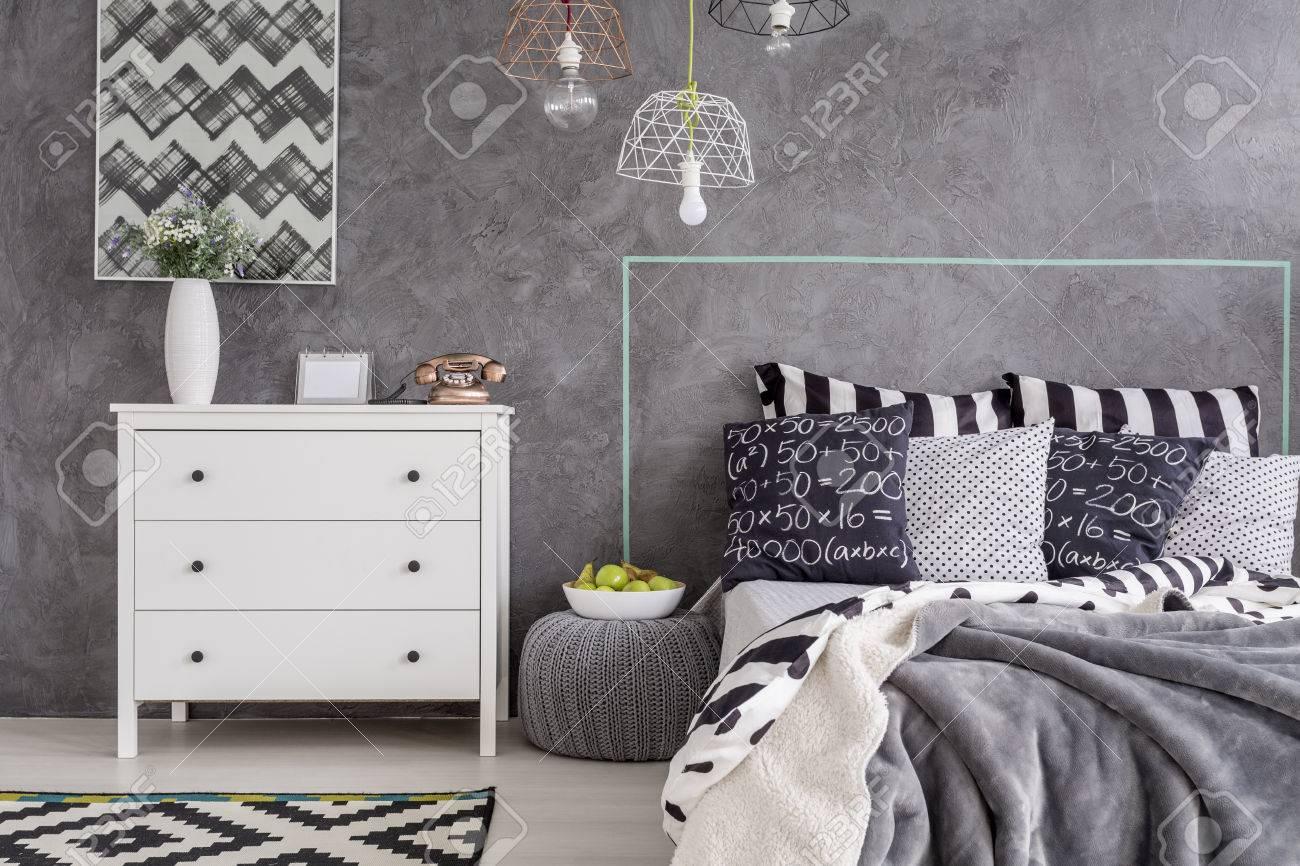 Nouvelle Chambre Design Avec Commode Blanc Simple Et Finition Mural ...