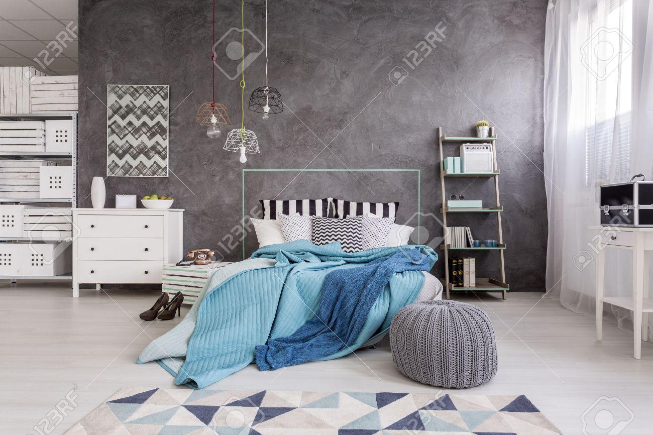 Neuer Stil Geräumiges Schlafzimmer Mit Weißen Möbeln, Bodenplatten ...