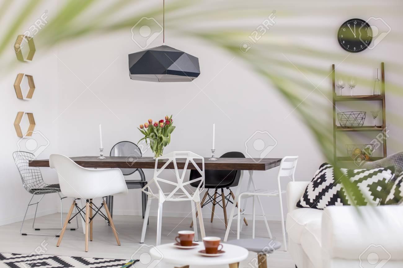 Comedor Actual Con Una Elegante Mesa Y Sillas De Diseo Vistos