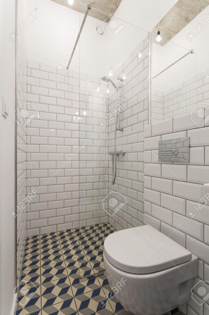 Cuarto De Baño Moderno Con Las Paredes Decoradas Con Azulejos ...